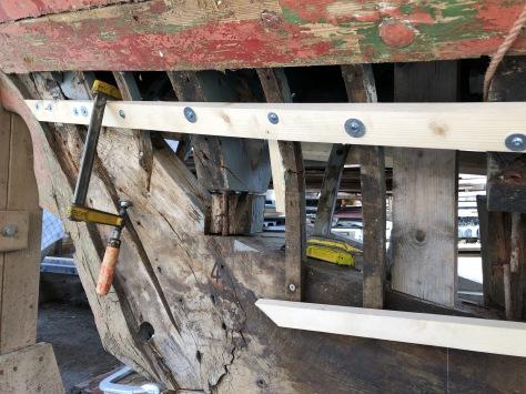 Hilfsplanken fest an Rahmen und Spannten befestigt